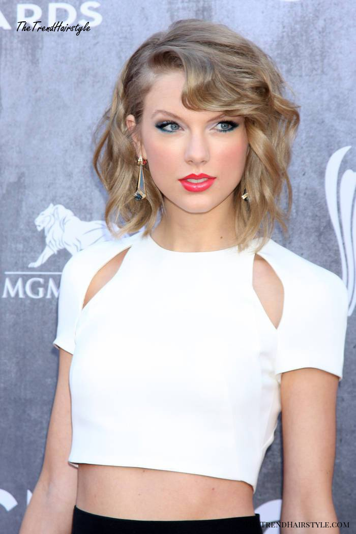Taylor Swift curly hairstyle for new years eve