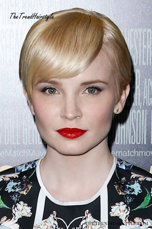 very short blonde hairstyle for women