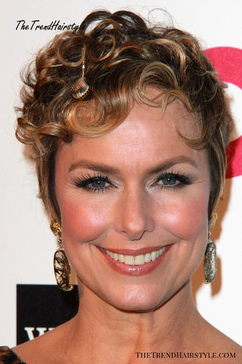 very short women's hairstyle for curly hair